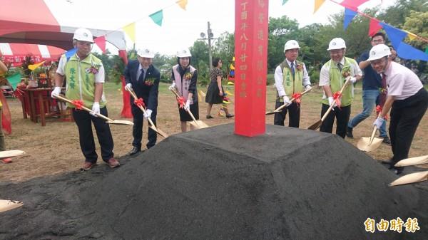 麻豆區謝安、中民里聯合活動中心工程由台南市民政局長陳宗彥(左二)等人持鏟動土。(記者楊金城攝)