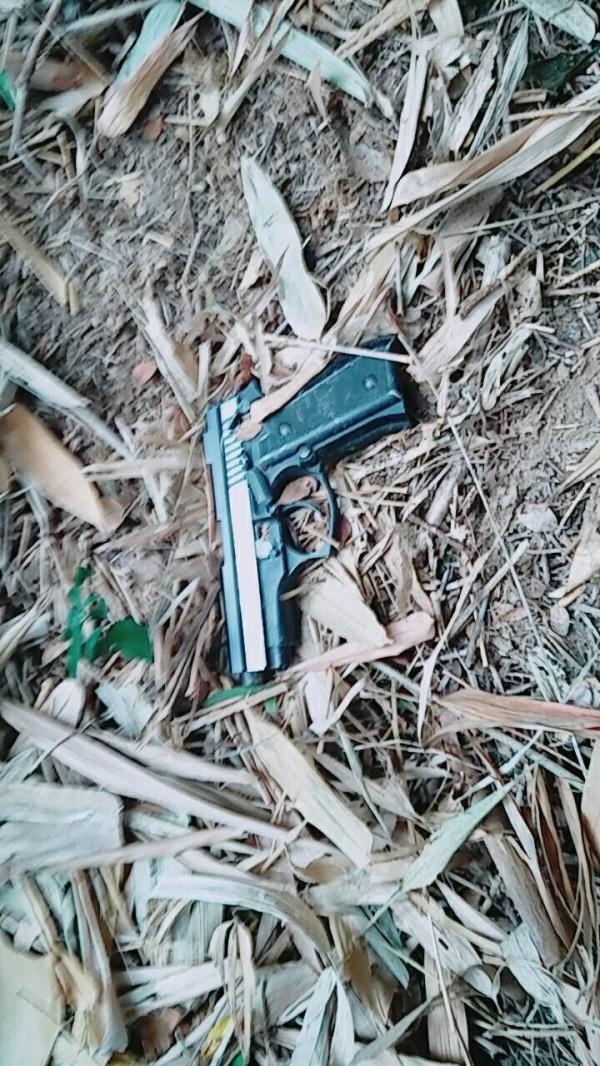 吳嫌將槍枝棄置於通霄鎮一處草叢。(記者張軒哲翻攝)