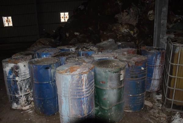 陳嫌集團利用租賃來的廠房棄置廢棄物。(記者劉慶侯翻攝)