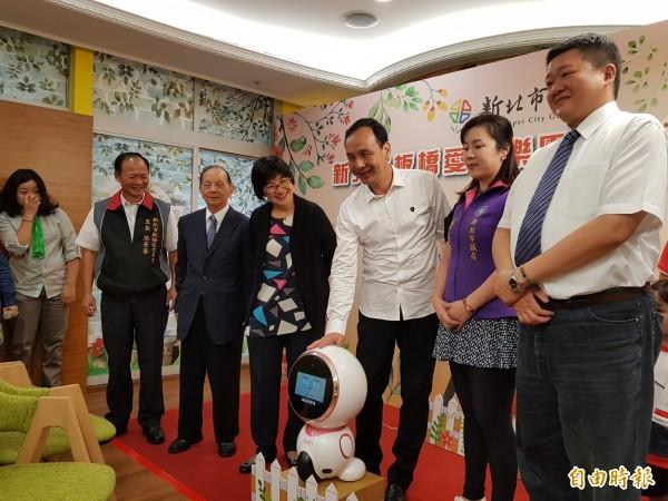 新北市第34家公共托老中心「板橋愛活樂園」今天啟用。(記者賴筱桐攝)