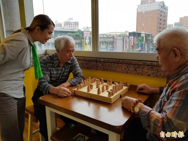 「板橋愛活樂園」公共托老中心有長輩正在下棋。(記者賴筱桐攝)