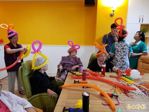 「板橋愛活樂園」還有造型氣球課程。(記者賴筱桐攝)