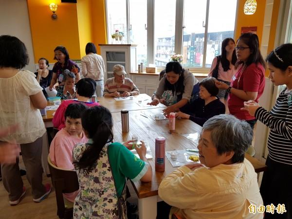 「板橋愛活樂園」的手工藝課程。(記者賴筱桐攝)
