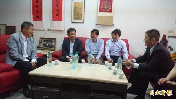 民進黨祕書長洪耀福(中)與數名委員,先針對縣黨部主委杜文卿(左一)徵詢。(記者彭健禮攝)