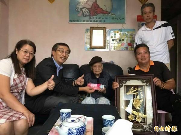 新北市瑞芳陳奇正(左二),代表市長朱立倫拜訪百歲人瑞陳文通(中),致贈重陽禮金及金鎖片項鍊、金戒指。(記者林欣漢攝)