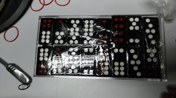 警方查扣天九牌賭具、近16萬賭資、抽頭金等。(記者吳仁捷翻攝)