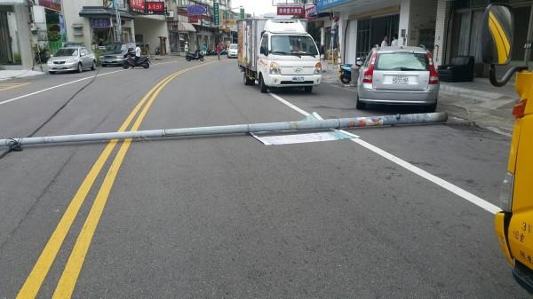 路燈桿倒地,幸未壓到人車。(記者彭健禮翻攝)