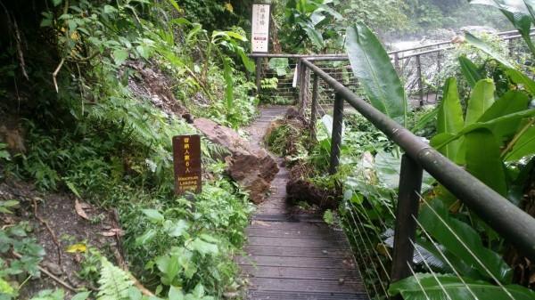 九寮溪步道出現零星落石。(記者江志雄翻攝)