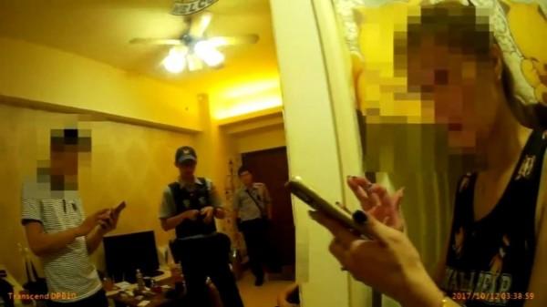 涉拉K精神恍惚的李女(右一)爆料,同租大樓的室友情侶也吸毒,警方上門緝毒。(記者黃良傑翻攝)