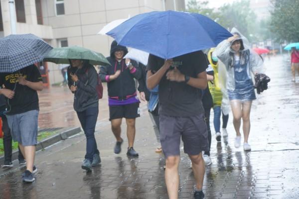 陽明山颳起最大10級陣風,文化大學緊急宣布下午3點起停班停課,呼籲師生注意安全。(文化大學提供)