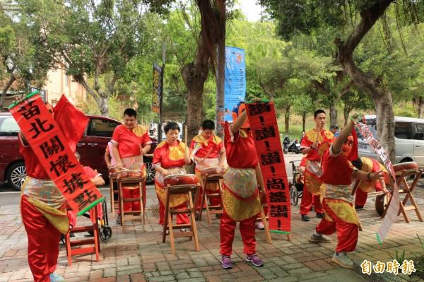 苗北區第一座身心障礙者社區式日間照顧服務據點成立,現場身障朋友熱情表演慶祝。(記者鄭名翔攝)