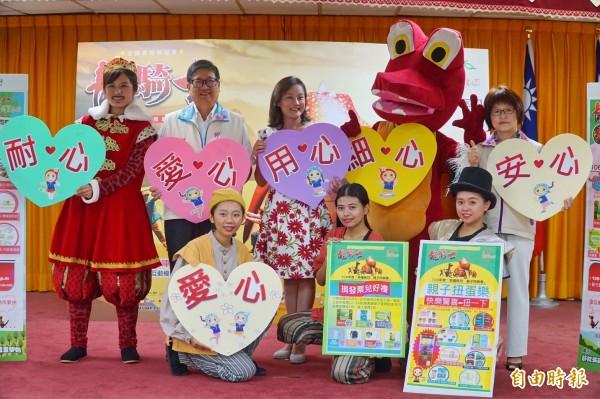 新竹縣副縣長楊文科(後排左2)、縣府稅捐局長彭惠珠(後排左3),邀請鄉親看兒童劇認識租稅對我們日常的重要性。(記者黃美珠攝)