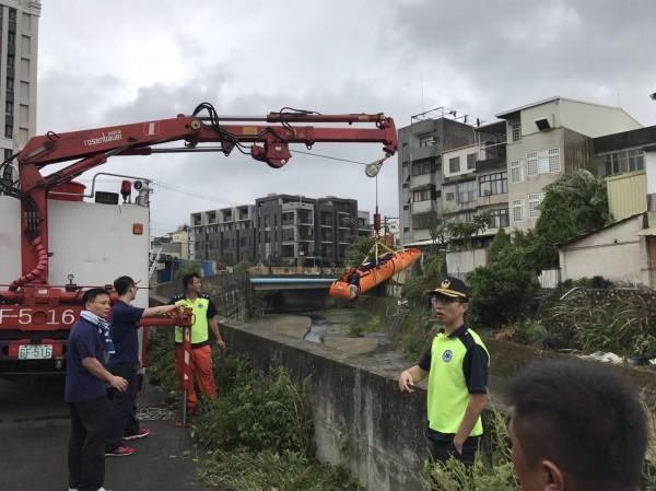新竹縣政府消防局第二大隊今午在竹東鎮舉行常訓,操作低所救出訓練時,發生隊員不慎掉落水溝意外。(記者廖雪茹翻攝)