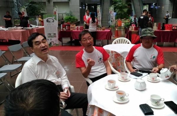 南投魚池鄉長陳錦倫(中)到台北市政府行銷日月潭紅茶文化季,由台北市副市長鄧家基(左)接待。(魚池鄉公所提供)
