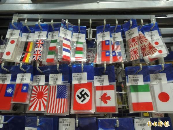 網友爆料,新竹縣竹北市一家汽車百貨販售納粹旗幟,竟然還標示「德國國旗」,痛批沒有國際價值觀。(記者廖雪茹攝)