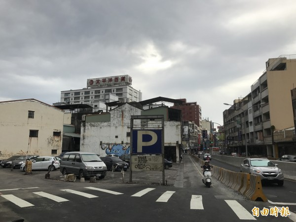 劉姓地主擁有的土地目前做停車場使用。(記者李忠憲攝)