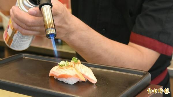 熾燒握壽司是店內的必點美食。(記者蔡清華攝)