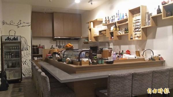 圍繞料理吧台只有9個座位。(記者蔡清華攝)