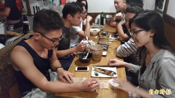 「三輪仔」氣氛好讓人有如置身日本小酒館,吸引許多年輕人上門。(記者廖淑玲攝)