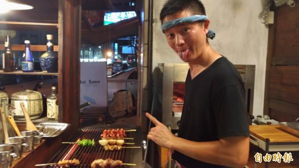 店老板紅欣澤總是忙得不可開交,仍會調皮的和顧客扮鬼臉。(記者廖淑玲攝)