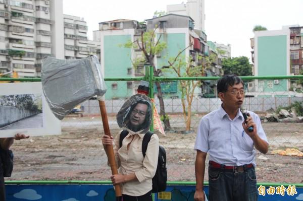 樹黨前主席潘翰疆今天上午於青年營區公宅基地召開記者會,表示都發局長林洲民變成「斧頭幫」,粗暴砍樹,針對基地內、外約65棵樹木粗暴移植。(記者鍾泓良攝)