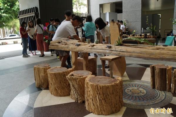 台大實驗林中的枯木製作成原本桌椅,極具藝術感。(記者詹士弘攝)