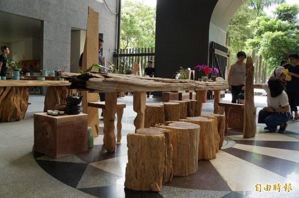 枯木在藝術家點石成金後,變成高質感的家具。(記者詹士弘攝)