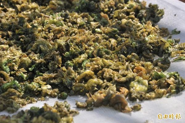 雨來菇學名叫「陸生藍綠藻」。(記者蔡宗憲攝)