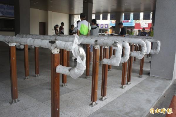 澎湖青年陣線痛批新公車總站扶手,是製造障礙設施。(記者劉禹慶攝)