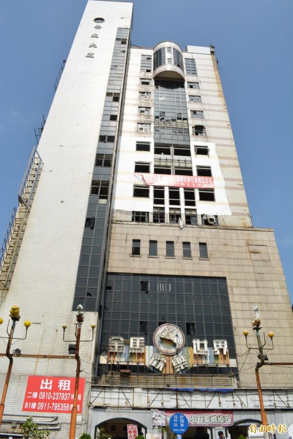 彰化市喬友大廈已有多個樓層陸續完成整修,期能浴火重生。(記者湯世名攝)