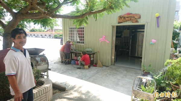 七股樹林社區「愛心廚房」啟用,志工終於有地方可以準備老人共餐飯菜了。(記者楊金城攝)