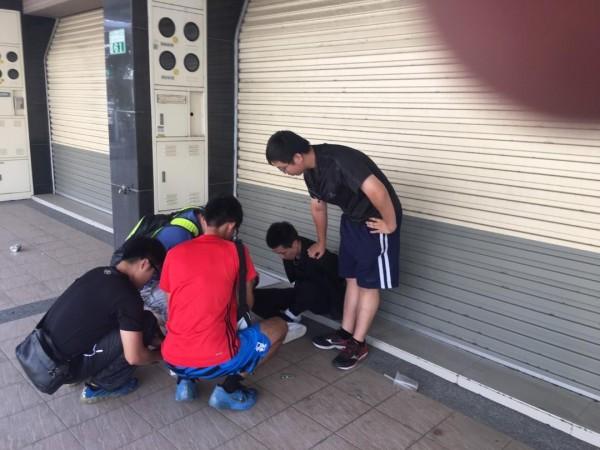 警方逮捕詐騙集團車手韓姓男子。(記者林宜樟翻攝)