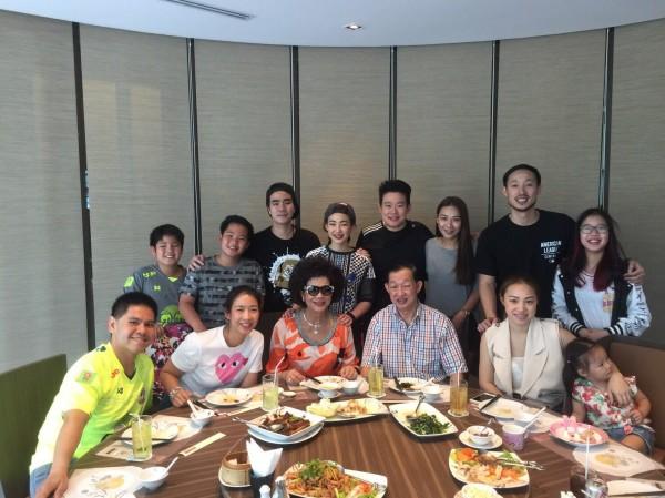 素瑪莉(前排左三)遠嫁泰國,協助夫婿持家創業,事業有成,全家和樂融融,子女出類拔萃,獲泰國第三電視台評選為「全泰國100個名人家庭」。(素瑪莉提供)