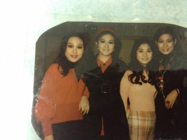 外形美麗亮眼的素瑪莉(右起),曾與張小燕、吳靜嫻、呂美琴等藝人一起在電視台工作。(照片由素瑪莉提供)