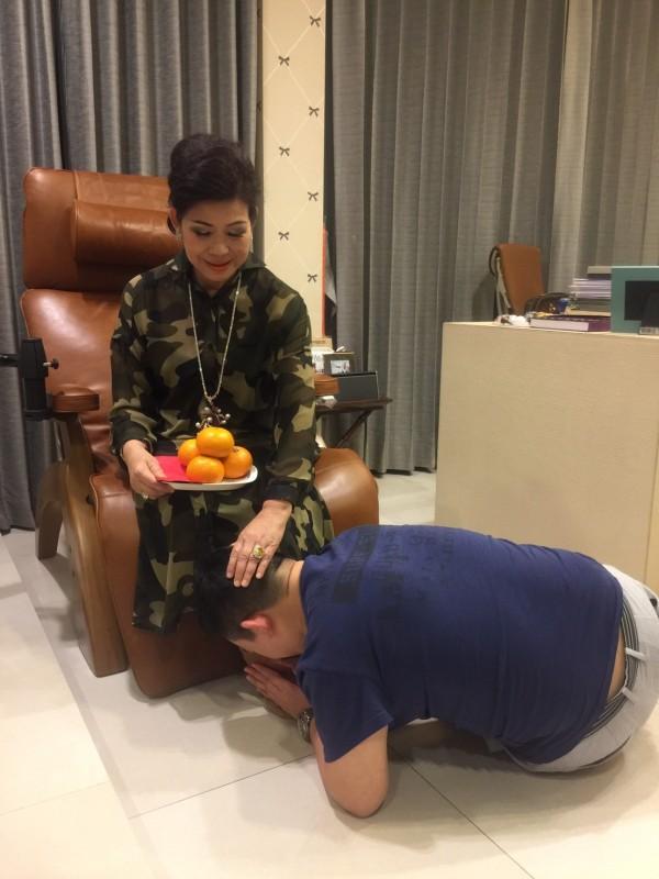 每逢過年、生日,子女、媳婦都會下跪奉上紅包和柑橘,感謝媽媽素瑪莉為家庭的付出!(素瑪莉提供)