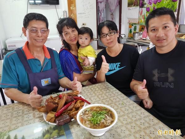 陳家古早味香菇肉羹飄香30多年,陳榮茂(左)以真材實料的平價料理,溫飽一家人,也情牽在地庄頭。(記者王涵平攝)