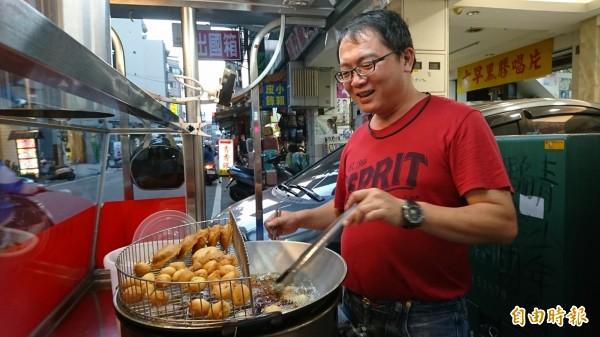 彰化市「港仔」菱角酥已經熱賣40多年,第二代施志誠堅持傳統味。(記者劉曉欣攝)