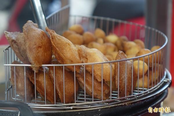 彰化市「港仔」菱角酥,除了招牌菱角酥,還有芋仔餅。(記者劉曉欣攝)