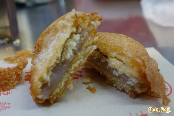 彰化市「港仔」菱角酥,除了招牌菱角酥,還有芋仔餅,餅乾夾芋泥,裹粉下去炸。(記者劉曉欣攝)