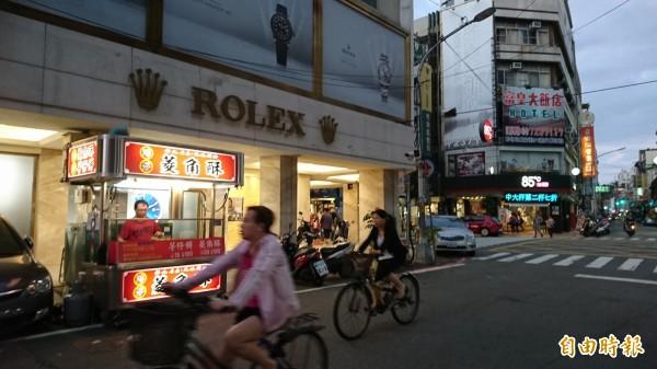 彰化市「港仔」菱角酥,只有中秋節開賣到隔年清明節。(記者劉曉欣攝)
