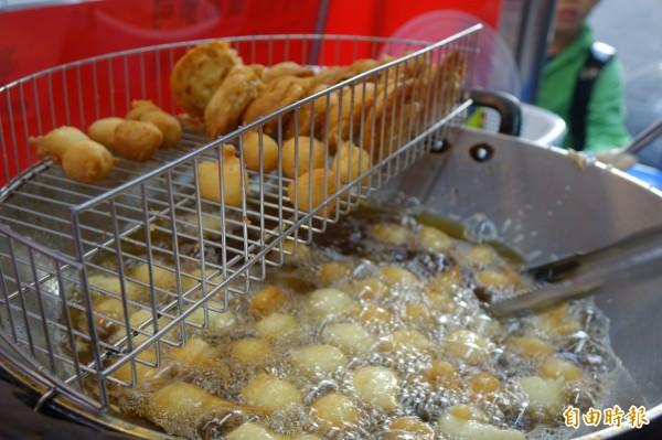彰化市「港仔」菱角酥,只賣秋冬,這是在地人季節限定的口袋美食。(記者劉曉欣攝)