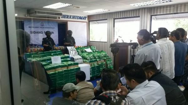 馬來西亞皇家警察同步召開記者會,展示攔截的254公斤K他命。(記者鄭淑婷翻攝)