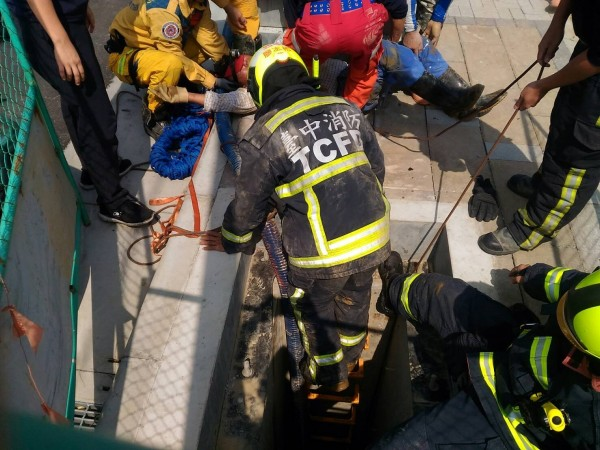 消防局獲報進入共管內搶救。(記者許國楨翻攝)