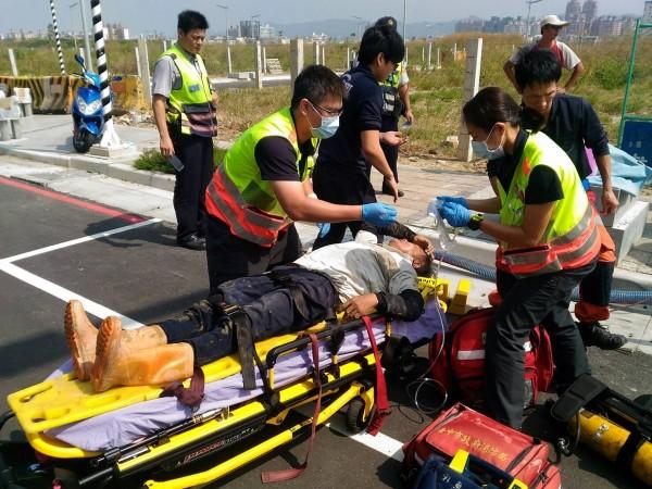 消防人員將昏迷工人送醫。(記者許國楨翻攝)