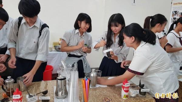 台灣光復日,日本大和西高校學生到新竹市光復中學交流訪問,學生體驗各種課程,如餐飲調製。(記者洪美秀攝)