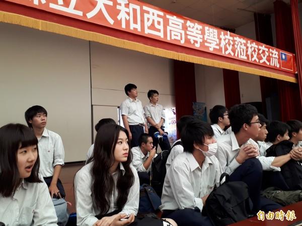 台灣光復日,日本大和西高校學生到新竹市光復中學訪問。(記者洪美秀攝)