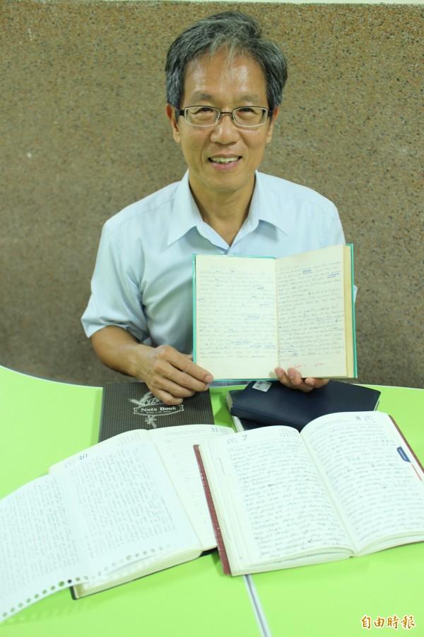 天主教私立內思高工校長湯誌龍手捧著他的英文日記,分享他這麼多年來已經連寫21本的成就感。(記者黃美珠攝)