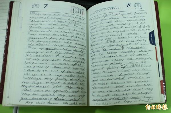 天主教私立內思高工校長湯誌龍的英文日記,讓人看到了他為學的恆心與毅力。(記者黃美珠攝)
