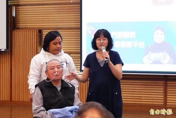 曾小姐(右)和失智症的92歲父親,3年前聘僱印尼看護YUNI照顧,花了很長時間的磨合期,她認為這樣透過影片溝通有效率多了。(記者花孟璟攝)