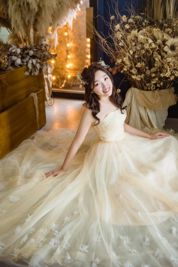 心理諮商胡瑋婷成功治療11歲就發病的乾癬,下月當幸福的美麗新娘。(記者蔡淑媛翻攝)